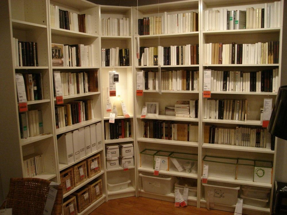 书房以半圆形包裹起来,看似狭窄,但感觉很充实,满满的书香之气,呆在