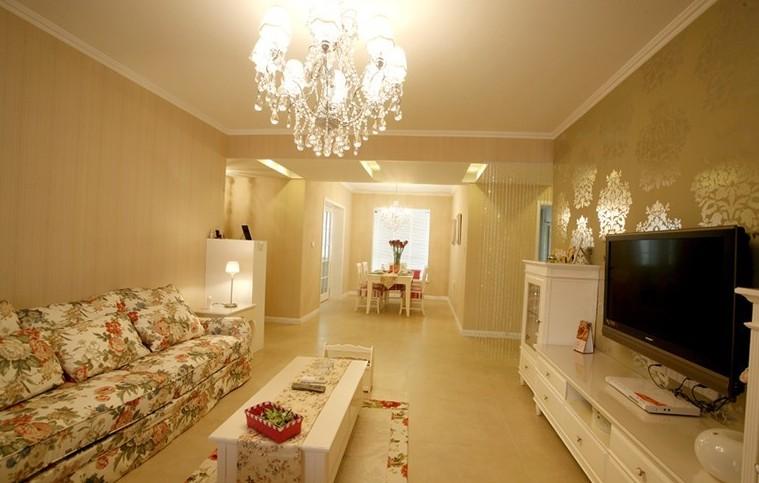 客厅一直是我们家居当中最重要的区域,特别是客厅灯具的样式以及亮度,都完全决定着整个家居的色调。那么对于刚刚开始装修家居的朋友而言,小编给大家带来的客厅灯具图片大全,希望能够通过这些客厅灯具装修图片的欣赏给予大家一定的灵感和参考价值。  这张客厅灯具图片,大家可以看到,顶灯用到的是现代简约风格高亮度的吊灯。把整个家居照的是非常明亮。而且家居整体是以白色为主色调。对于灯光的反射是非常好的。  这张客厅灯具图片大家可以看到,上面的吊灯是一种鼓包似的吊灯。配合下面古典雅风的家居。感觉整个客厅给人的感觉就是磅礴有气