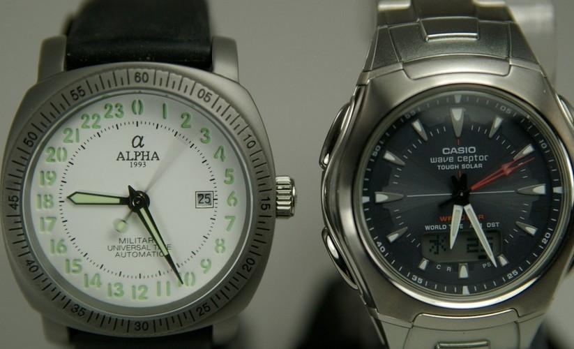 现在越来越多的人喜欢开始戴手表,那么是石英表好呢还是机械表好呢?石英表和机械表的区别有哪些呢?下面小编就给大家介绍一下石英表和机械表,帮助大家选购。    1、机械表成本相对高,石英表低成本,功能比较多   2、机械表标志为Automatic;石英表标志为Quartz   3、机械表表壳相对较厚;石英表表壳轻薄   4、机械表需要上发条;石英表不需上发条   5、机械表每天误差几秒甚至几十秒;石英表每天误差在0.