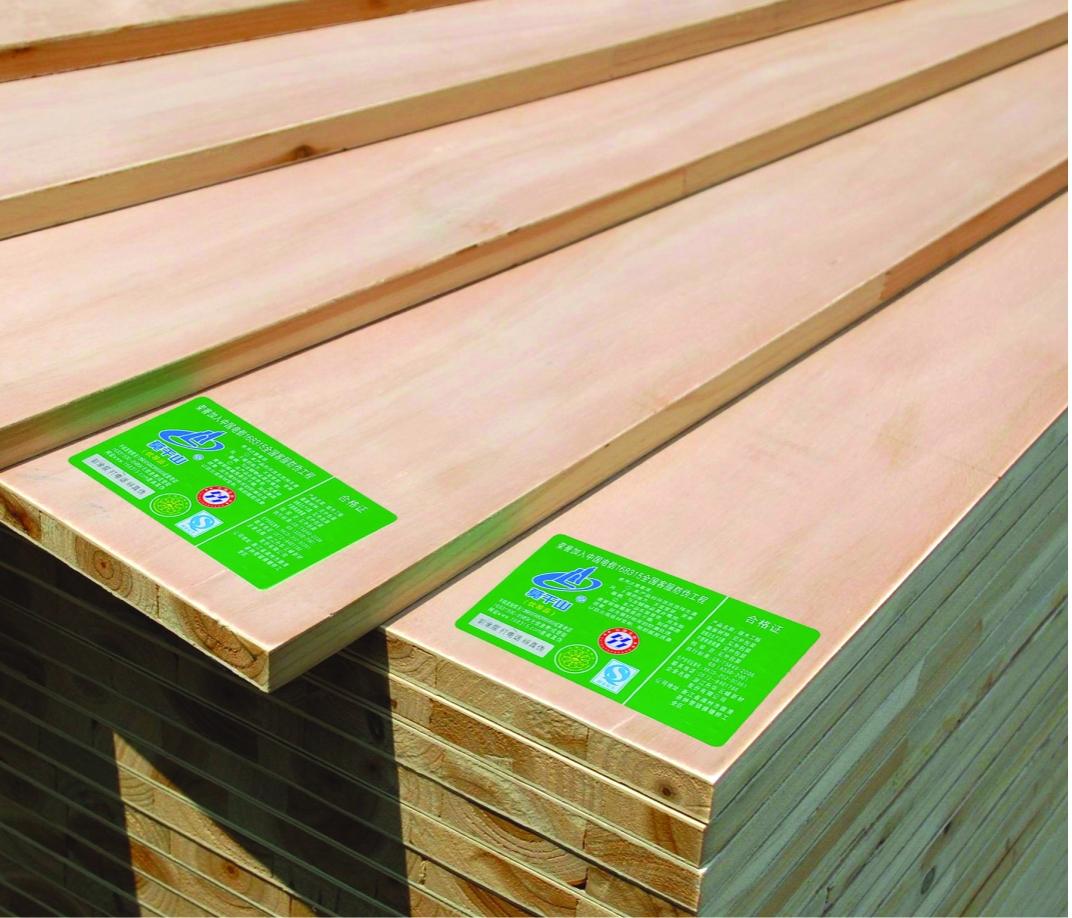 今天小编为大家介绍的是常见的装修建材中大家使用频率比较高的一种木工板。对于这种建材有些人尽管知道,但是对于什么是木工板,木工板价格是多少?如何选择木工板?都不是很清楚,对此小编具体为大家讲解下。    木工板是什么?   木工板又被称为细木工板,就是我们常说大芯板。   木工板制作工艺:胶压拼接的方式+热处理工艺。   注:两面胶粘单板的整体厚度要3mm。   木工板组成:两片单板+木板    木工板价格   细木工板的价格,在市场中的差异还是很大的。就拿18#(18号)板为例子,价格一般在100到13