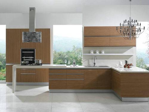 橱柜的纯白色台面与黑色柜体形成鲜明的对比,尽情显露出古典与欧式之