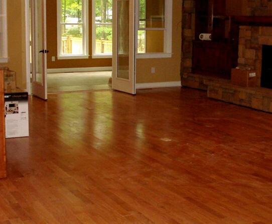 瓷砖有哪些缺点:家庭使用舒适性、保温隔热性差,使用区域有局限性,个别瓷砖会有放射性污染,成本高,铺装复杂、施工繁琐仅工时费就要35~40元/平方米。瓷砖踩在脚底硬硬的,而且感觉不那么温馨。特别在潮湿的天气容易打滑,并且瓷砖使用区域有局限。釉面砖单价约合每平方米30元,通体砖约合每平方米50元,目前国产地砖,价格高的可达每平方米500多元。此外,还需要铺装辅助材料费及人工费,大约为每平方米35--40元。 最后,要知道木地板好还是瓷砖好,我们可以从三方面进行对比分析。 从优点对比 看木地板好还是瓷砖好 木