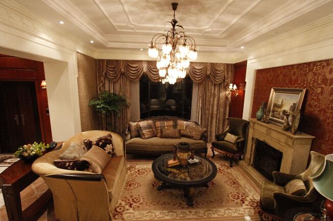 客厅中摆一套红木家具