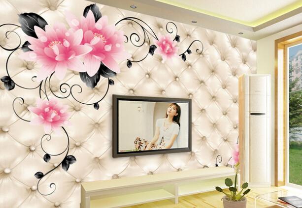 【电视背景墙壁画的优势】 1、个性强。丰富多样的图案大面积的覆盖墙体,绝对可以带来全新的视觉效果。尺寸可随意定制,满足不同空间需要,也可根据您的喜好定制图案,满足个性化需求。个性墙纸壁画具备自然舒适的自然感觉,容入于大自然与时代的和谐搭配。 2、质地好。凯乐芙产品具有其他传统壁画墙纸不同的优势,由于产品中间有防水涂层,所以具有抗水性,可用湿毛巾轻轻擦拭,不怕光照,不怕高温,不变色。 3、肌理感强。其表面经过与普通壁画所不同的工艺处理,加强了表面肌理效果,触觉视觉效果佳。 4、无接缝。综合了传统印刷画与墙纸