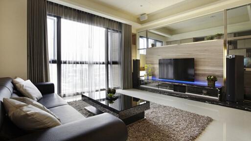 【现代简约电视背景墙的注意事项】 1、布局设计:要想让整个房间的布局合理,那么就不得不注意注意电视背景墙和整个房间比例的大小。如果你家的客厅面积比较小,那么电视背景墙就不能设计得过大,而是应该充分考虑到整个房间的格局,同时,还要注意沙发的摆放位置,以及电视的放置方式,是采用壁挂式的还是直接放置于电视柜上的呢?然后再决定电视背景墙的大小比例。 2、实用功能性:现代简约风格最强调的就是实用性方面。因此,我们在设计这样的电视背景墙的时候就要特别注意其实用性。比如说,可以用搁板或者隔层来实现收纳整理的功能,既可以