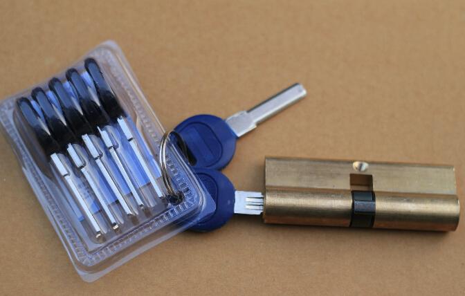 【防盗门锁芯级别区分】 比厚度:钢板的厚度决定了耐冲击力强弱。门框冷轧钢板的厚度:甲乙丙丁级分别为2毫米、2-1.8毫米、1.8-1.5毫米和1.5毫米。门扇外板厚度:甲乙丙丁级分别为1毫米、1毫米、0.8毫米和0.8毫米。门扇内板厚度:甲乙丙丁级分别为1毫米、1-0.8毫米、0.8毫米和0.