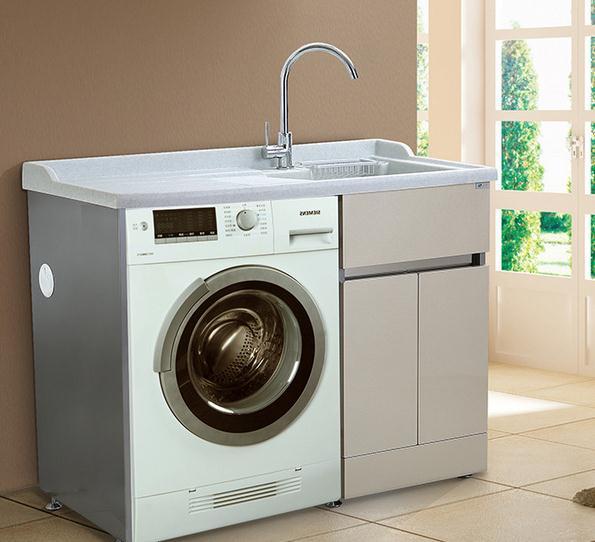 现在市面上比较流行滚筒洗衣机,因为滚筒洗衣机可以全方位的将衣物进行清洗,而且清洗的衣物量也比其他的洗衣机多还干净,最主要的是平时还可以存放一些物品,最近有很多的网友不是很清楚滚筒洗衣机尺寸有哪些,借此在这里小编就给大家简单的介绍一下。  一般的滚筒洗衣机高850,宽600,深450-600;根据容量具体划分为:  一般容量在2.