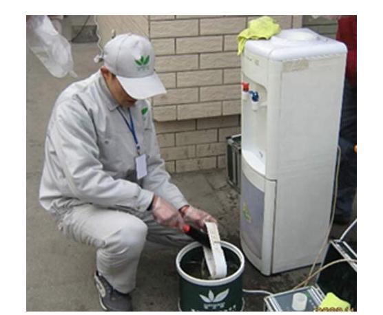 以上就是为各位消费者整理的关于饮水机的清洗方法的全部新闻内容,饮水机的清洗是一件让很多的用户遗忘和忽略的问题,很多人都觉得饮水机不会脏,不用清洗,其实让你想不到的是饮水机长时间的不清洁是会有很多的细菌和微生物的,下面小编就为大家简单的介绍一下应该如何选购饮水机。  饮水机以电源为动力,若饮水机发生漏电、绝缘不良等,都极为危险。消费者在选购时首先要认准产 品的品牌和经过中国电工安全认证委员会CCEE产品认证标志。 类型选择 在众多品牌、型号饮水机产品中,归纳起来不外乎是温热、冰热、冰温热三种类型,冰热机又分