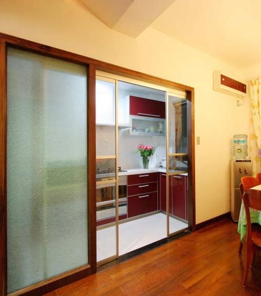 推拉门在现如今的厨房装修中常常见到,它不仅实用、美观,同时还具有隔断、防止油烟与节省空间的作用,是现在家居生活中必不可少的家具之一。那么厨房推拉门的标准尺寸是多少呢?下面小编就来帮您消除心里的疑问。       推拉门介绍推拉门来源于中国,经中国文化传至朝鲜、日本。详细时间无从考证,但能够从中国的一些古画上看到零散的推拉门,例如宋代的山水画,就有推拉门。最初的推拉门只用于卧室或更衣间衣柜的推拉门,但随着技术的开展与装修手腕的多样化,从传统的板材外表,到玻璃、布艺、藤编、铝合金型材,从推拉门、折叠门到隔