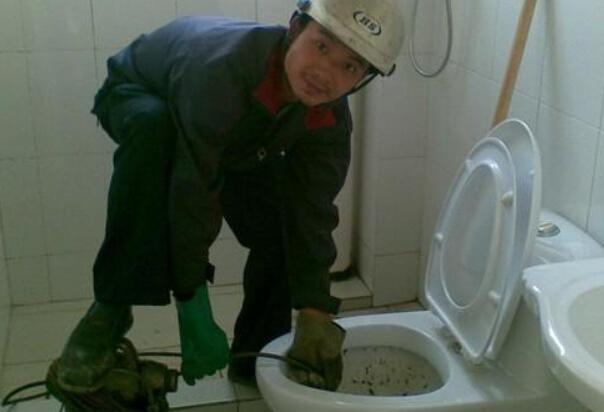 梦见厕所堵了自己疏通_厕所堵了怎么办