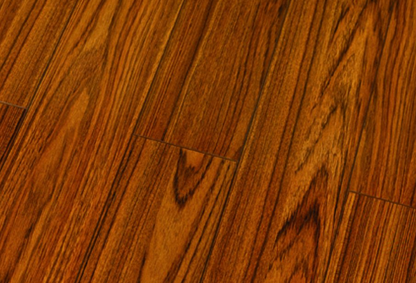 3、漆膜附着力检测结果好, 漆膜不易脱落。 漆膜附着力主要反映实木复合地板表面油漆与基材的结合强度。漆膜附着力越好,使用过程中漆膜越不易脱落,地板的使用周期越长。这次比较试验圣象等22个实木复合地板品牌样本经检验均符合国家标准要求。其中圣象、安信、生活家等6家割痕光滑、无漆膜剥落,有16家割痕及割痕交叉处有少量断续剥落。按照国家标准规定,允许有少量继续剥落,不会对使用造成影响。 4、甲醛释放量低,健康水平高。 甲醛是对人体健康有害的一种挥发性物质。实木复合地板制作时大多采用的胶粘剂,地板中多少会残留少量游