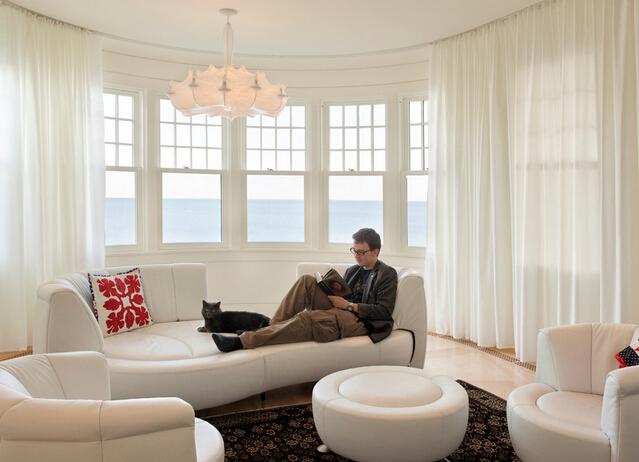 客厅吊灯安装位置在哪?如今吊灯设计出许多的花样,既达到了美观的效果,又非常实用,对于客厅吊灯安装位置一般安装在客厅的正中间,这样能够达到最佳的装饰效果,吊灯普遍安装于大堂或家居客厅,这两个空间都足够大,那么,客厅吊灯安装位置在哪呢?我们一起来看看下文吧!    客厅吊灯安装位置   对于客厅吊灯的安装自然而然是离不开以下相关材料,如:木材、铝合金板材或型材、钢材上此来支撑构件,还有一些配件如螺丝、铆钉、铁钉、胶粘剂、成品灯具等等,其工具少不了:电锤、手据、电动曲线锯、漆刷、锤子、螺丝刀、直尺、钳子等。